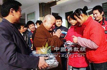聋哑学生在用手语感谢宣法法师-山东济宁市宝相寺法师为残疾学生捐