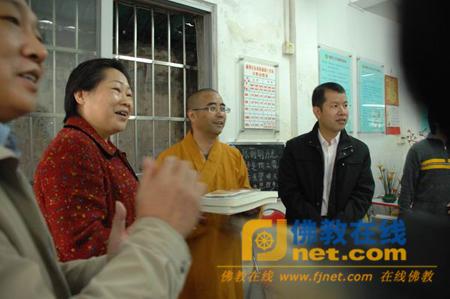广东广州光孝寺面向东风街工疗站开展慈善活动
