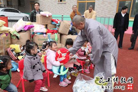 果量法师把玩具发给小朋友-江苏昆山华藏慈善中心爱心助学走进民工