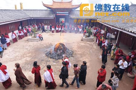 云南文峰寺举行藏传佛教六月法会大型火供