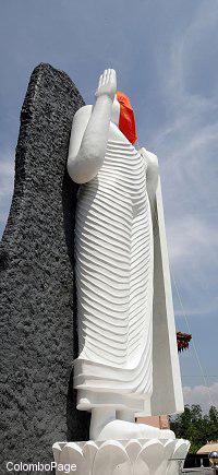 斯里兰卡拉贾帕克萨总统为27英尺高佛像揭幕