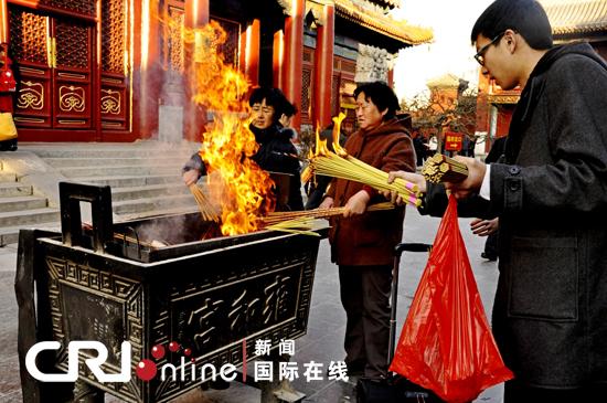 中国 雍和宫/雍和宫18米白檀木佛像外,人们虔诚烧香祈福